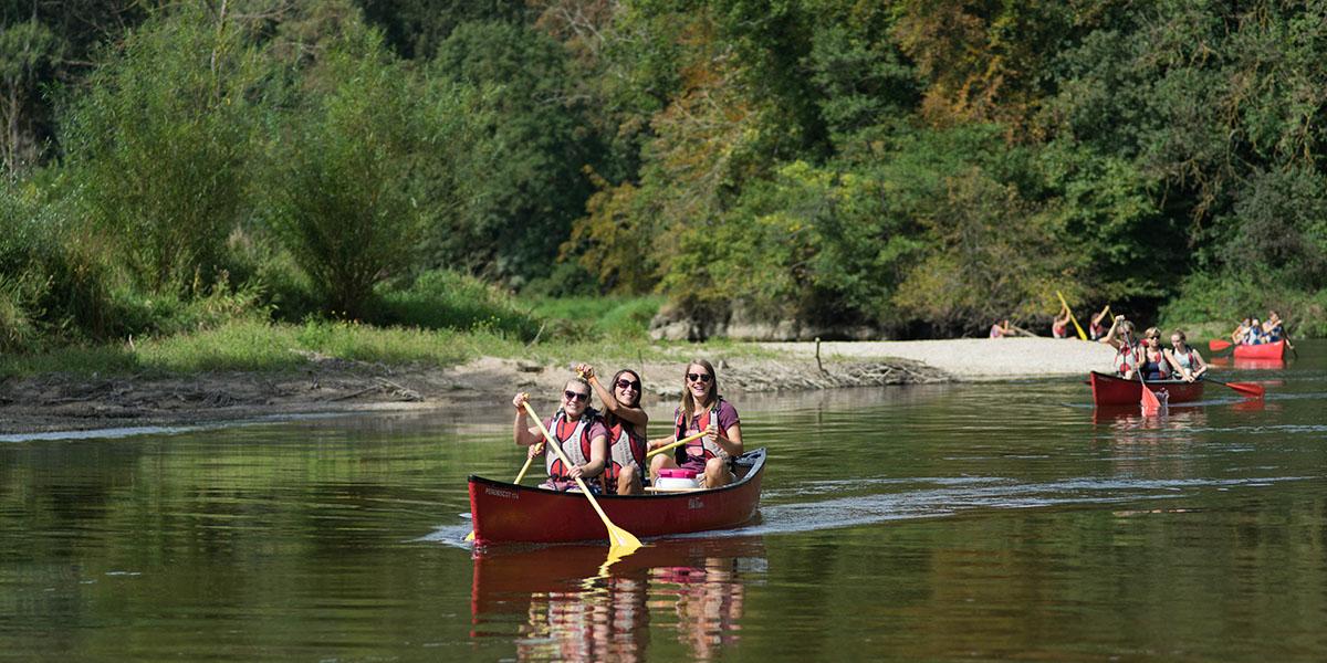 Schulausflug an die Donau. Kanutour auf der Donau.