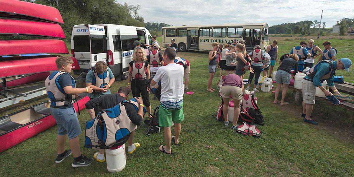 Schulausflug, Kanutransport, Einweisung und Paddelabentuer
