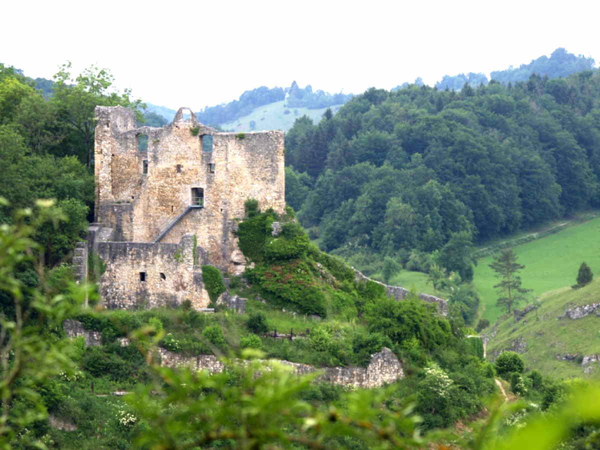 Lautertal Blick auf Burg Bichishausen